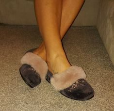 Vintage Retro Fluffy Mule Womans Used Slippers, Hausschuhe Jahrgang, Pantoufles Womens Slippers, Brown Suede, Retro Vintage, Sandals, Lady, How To Wear, Fashion, Slipper, Inside Shoes