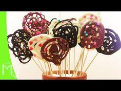 BÁSICOS | Cómo hacer piruletas de chocolate - YouTube Chocolate Lollies, Chocolate Garnishes, Chocolate Pops, Chocolate Gifts, Cake Pops, Beanie Boo Birthdays, Lollipop Recipe, Kolaci I Torte, Chocolate Decorations