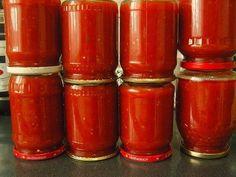 Astăzi vrem să vă oferim rețeta ketchup-ului de casă. Este mult mai delicios decât cele din magazine! Rețeta este simplă, fără ingrediente indisponibile sau manevre dificile! INGREDIENTE: 3 kg de roșii; 500 g de mere; 250 g de ceapă; 1.5 linguri de sare; 1.5 pahare de zahăr; piper negru măcinat, boia de ardei dulce— după gust; 50 ml de oțet de mere. MOD DE PREPARARE: Tăiați roșiile, merele și ceapa. Fierbeți-le până când ceapa se va înmuia. Pasați-le cu ajutorul unui blender și fierbeți-le…