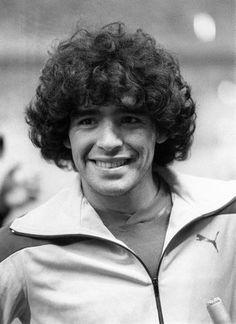 """""""Si me muero, quiero volver a nacer y volver a ser jugador de fútbol. Y quiero volver a ser Diego Armando Maradona. Soy un jugador que dio alegria a la gente y eso me alcanza y me sobra."""""""