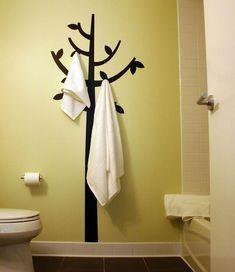 Originelle Einrichtungsideen im Bad – wie Sie Ihre Badetücher mit Stil aufbewahren - einrichtungsideen im bad wandtattoo baum