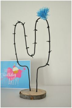 Arty's Getaway: DIY Home Decor // Style Up a Corner of Your Home with this Easy-Breezy Minimalist Little Project. Pop by to see how to DIY Wire Cactus.