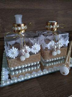 Conjunto lavabo * 1 saboneteira * 1 difusor com 5 varetas sendo 2 decoradas * 1 bandeja de espelho decorada com renda e pérolas Diy Bottle, Wine Bottle Crafts, Mason Jar Crafts, Bottle Art, Diy Gifts For Friends, Diy Crafts For Gifts, Decor Crafts, Wedding Vase Centerpieces, Wedding Vases