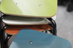 Grip NxT is the updated version of the popular Grip series. Both its look and its laminate colour scheme have been modernised. Stools with a four-leg base were added to the collection. Laminate Colours, School Furniture, Orange And Turquoise, Education And Training, Four Legged, Stools, Color Inspiration, Color Schemes, Chrome