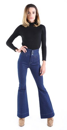 High Waisted Jeans in Blue, with flared legs.  Damenjeans in Blau mit ausgestellten Beinen (Schlaghose). Bootcut Jeans oder auch flared jeans in Blau bis Dunkelblau. Frauen Mittleren Alters, Skinny, High Waist Jeans, Bell Bottoms, Bell Bottom Jeans, Dame, Pants, Fashion, Dark Blue