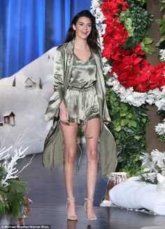 Kendall Jenner looked drop-dead-gorgeous when she was the special guest on 'The Ellen DeGeneres Show' on Nov. It was Kendall's first appearance on the show and she looked amazing in a silk green pajama set! We loved Kendall's entire outfit -- do you? Kendall E Kylie Jenner, Kardashian Jenner, Kendall Jenner Interview, Estilo Jenner, Celebridades Fashion, Ellen Degeneres Show, Jenner Sisters, Jenner Style, Lingerie