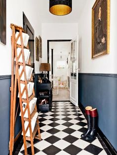 Check Out 20 Traditional Black And White Hallway Design Ideas. In order to continue showing you how cool traditional interiors in black and white colors are we've gathered for you a bunch of hallways. Black And White Hallway, Black White, Two Tone Walls, Checkerboard Floor, Hallway Flooring, White Flooring, Hallway Walls, Flur Design, Checkered Floors