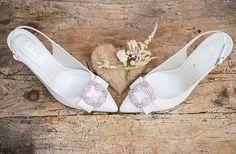 Zapatos de novia destalonados con brillantes y alianzas de boda en oro rosa para una novia perfecta.