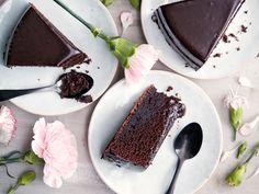 Perinteinen suklaakakku on yksi Yhteishyvän lukijoiden suosikkiresepteistä. Chocolate Fondue, Chocolate Cake, Sweet Recipes, Tiramisu, Deserts, Keto, Pudding, Sweets, Candy