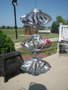 Soda pop cans cut & bent into wind spinner. Aluminum Can Crafts, Metal Crafts, Recycled Crafts, Plastic Bottle Art, Bottle Cap Art, Recycle Cans, Repurpose, Reuse, Beer Can Art