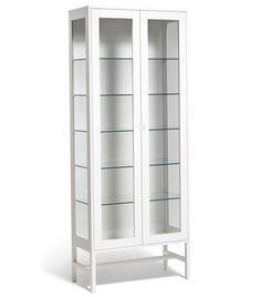 Falsterbo vitrinskåp 150 cm utan handtag. Designmölber till bra priser. Vitrinskåp i vitt och svart. FRI FRAKT. Välkommen.