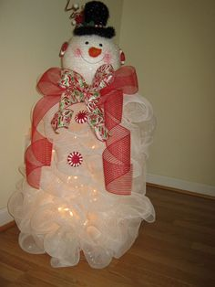 tomato cage crafts | Snowman Wreath made at Christmas. Used a tomato cage as the base and a ...