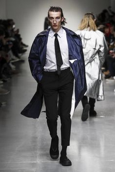 Autumn/Winter 2017 suggests they might want to switch those up for something that can carry a little more: a suitbag bag for everyday as at Xander Zhou at the beginning of the week kick-started a b...