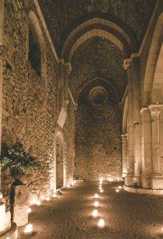 Preciosa boda en la espectacular abadía cisterciense Santa María de la Sierra, en Segovia www.casildasecasa.vogue.es