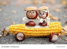 Chestnut couple in a corn cob convertible - handicrafts with children in autumn with oak . Autumn Crafts, Nature Crafts, Autumn Decorating, Fall Decor, Projects For Kids, Crafts For Kids, Easy Diys For Kids, Vegetable Carving, Harvest Decorations