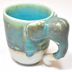 Celadon Keramik Becher mit Elefanten Henkel in türkis