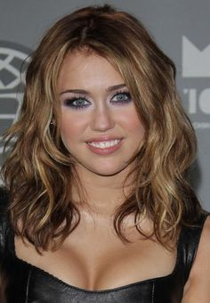 2012 Miley Cyrus Fashion New Style Hair Capless Wig Real Hair Celebrity Wigs Miley Cyrus Cheveux, Cabelo Miley Cyrus, Miley Cyrus Hair, Medium Hair Cuts, Medium Hair Styles, Curly Hair Styles, Celebrity Wigs, Celebrity Hair Stylist, Cool Haircuts