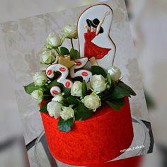 Не могу не поделиться этой красотой !!! СуперСтильный тортик от @omsk_cakes ..... И говорят, даже с нарядом угадали ..... #пряники #имбирныепряники #омск #пряникиназаказ #вкусныйподарок #сделанослюбовью #пряникиомск #козули #вкусно #праздник #спасибо #идеядляподарка #оригинально #расписныепряники #пряничнаяоткрытка #топпернаторт #имбирноепеченье #cookiesart #gingerbread #royalicing #bakery #sweet #food #dessert #hobby #handmade