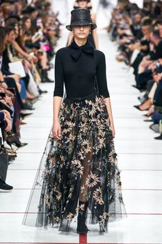 The complete Christian Dior Fall 2019 Ready-to-Wear fashion show now on Vogue Runway.Christian Dior Fall 2019 Ready-to-Wear Collection - Vogue Fashion Week, Look Fashion, High Fashion, Fashion Show, Autumn Fashion, Fashion Outfits, Fashion Design, Fashion Trends, Christmas Fashion