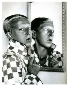 Claude Cahun (fotógrafa francesa) Destaca por su autonomía y originalidad al abordar el tema del cuerpo y la definición del yo.  (Surrealismo)