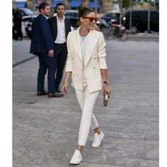 Porter des baskets avec un total look blanc Style Chic Parisien, Looks Baskets, Parisian Chic Style, Facon, Courses, Cosmopolitan, Milan Fashion, New York, Casual