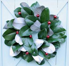 Ghirlanda natalizia fai da te con foglie e palline rosse
