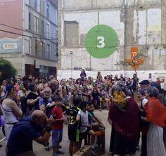 El teatro comunitario del @CSLuisBunuel llenando de color y letras reivindicativas el Casco Viejo #SomosBarrio