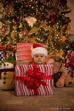 40 christmas pictures ideas with a baby pictures Adorable Baby Christmas Picture Ideas - Santa Baby Christmas Baby, Baby Christmas Costumes, Babies First Christmas, Christmas Cards, Christmas Ideas, Homemade Christmas, Holiday Cards, Christmas Decor, Christmas Wreaths