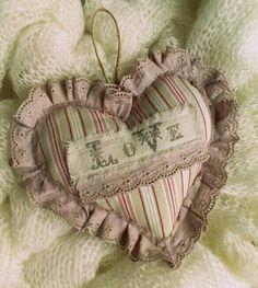 sweet idea for ornament Lace Heart, Heart Art, Valentine Heart, Valentine Crafts, Sewing Crafts, Sewing Projects, Patchwork Heart, Shabby Chic Fabric, Fabric Hearts