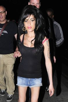 Amy Winehouse Photos Photos - Amy Winehouse starts her Monday night off with a few drinks at the Good Mixer pub in Camden. She stayed from 5pm to about 8pm where she could be seen talking with friends outside. Amy then headed over to the Hawley Arms pub and stayed until about 10 pm. Winehouse finished off the night with a trip back to a friend's house before returning to where she started, the Good Mixer pub. She finally called it a night around 1 am and made her way home. - Amy Winehouse at…