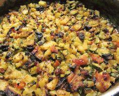 """Σαμιώτικα κολοκυθάκια το κάτι αλλό !Μέ φέτα χωριάτικη και φρεσκοφρυγανισμένο ψωμί γίνονται το απόλυτο καλοκαιρινό φαγητό Η Συνταγή είναι της κ. Gogo Samiou – """"ΟΙ ΧΡΥΣΟΧΕΡΕΣ / ΗΔΕΣ"""". ΥΛΙΚΑ 4-5 Κολοκυθακια 3-4 μετριες πατατες 2 ωριμες ντοματες 1 μεγάλο κρεμμύδι 1 καροτο 2 σκελιδες σκορδο 1 κουπα ψιλοκομμένο μαιντανο 1 κνορ μοσχαρισια αλατι,πιπερι,ριγανη χυμο απο …"""