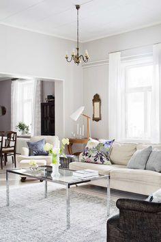Olohuoneen sohva ja nojatuoli ovat harvoja huonekaluja, jotka on hankittu uutena. Kulmassa pilkistävä musta sohva on roskalavalöytö, joka on verhoiltu uudestaan. Sohvapöytä on kirpputorilta ja sivupöytänä toimii käännetty Pentikin kori, jossa on tarjotin kantena. Takana oleva pyöreä pöytä sekä kaappi ovat löytyneet kirpputorilta.