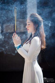 Vietnamese Traditional Dress, Traditional Dresses, Vietnamese Dress, Beautiful Hijab, Beautiful Asian Women, V Dress, Asian Angels, Vietnam Girl, Beauty Full Girl