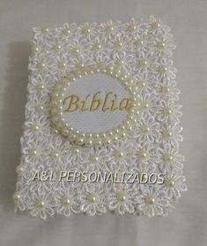 Bíblia decorada em renda Foam Crafts, Arts And Crafts, Wedding Gift Baskets, Organizing Hair Accessories, Decorate Notebook, Bible Covers, Handmade Journals, Paper Folding, Book Of Shadows