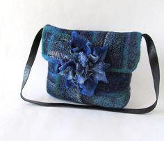 Sac à bandoulière bleu feutré besace Original sac feutrée sac à main sac à main feutre Jean patchwork  Ce sac à main feutré a été feutrée autour d'un modèle et il y a d'a pas de coutures. Sac à main feutré a été décoré avec des fils, tissus, grosse fleur bleu - broche. Ce grand sac feutré a un dispositif de fermeture - bouton magnétique. Sac feutré d'une laine unique et décorative. Sac à main na pas une doublure. Sac à main fait uniquement avec mes mains, quil est fait de ma propre…