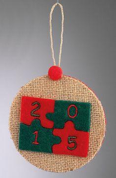 www.mpomponieres.gr Χριστουγεννιάτικο κρεμαστό στολίδι για το δέντρο σας ή για οποιαδήποτε άλλο σημείο θέλετε να διακοσμήσετε , φτιαγμένο από λινάτσα και τσόχα , διακοσμημένο με δίχρωμο παζλ σε κόκκινο και πράσινο χρώμα και πάνω στο κάθε κομμάτι του παζλ είναι κεντημένο το 2015. http://www.mpomponieres.gr/xristougienatika/xristougenniatiko-kremasto-stolidi-me-diakosmitiko-pazl.html #burlap #christmas #ornament #felt #χριστουγεννιατικα #στολιδια #stolidia #xristougenniatika