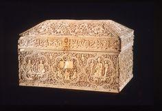 Coffret de Leyre Auteur : Atelier de Faraj, sous la supervision du page principal Zuhayr ibn Muhammad al-'Âmirî Lieu de production : Espagne, Cordoue ou Madinat al-Zahra Date / période : 395 H./1004-1005 Matériaux et techniques : Ivoire sculpté (19 plaques de 1, 4 cm d'épaisseur) Dimensions : H. 23,6 ; L. 38, 4 ; l. 23,7 cm Ville de conservation : Pampelune Lieu de conservation : Museo de Navarra
