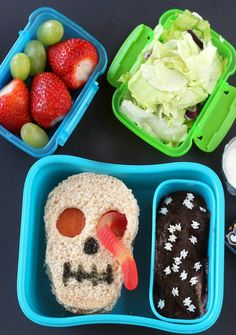 5 Healthy Halloween Lunch Box Ideas ⋆ Sugar, Spice and Glitter Skull lunch box idea - a spooky and funny Halloween lunch box idea that your kids will love. One of five healthy Halloween lunch box ideas Halloween Lunch Ideas, Comida De Halloween Ideas, Funny Halloween, Spooky Halloween, Healthy Halloween Treats, Toddler Halloween, Halloween Party, Kids Lunch For School, Healthy School Lunches
