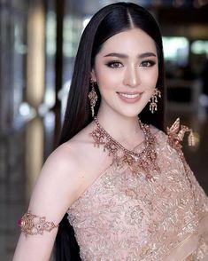 (Thailand's national clothing) Dramatic Bridal Makeup, Bride Makeup Natural, Bridal Makeup For Blondes, Asian Wedding Makeup, Bridal Makeup Looks, Wedding Makeup Looks, Wedding Makeup Artist, Bridal Hair And Makeup, Pakistani Bridal Makeup