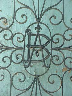 Cacería Tipográfica N° 31: BA, monograma en reja de casona en Calle Santa Catalina, Arequipa