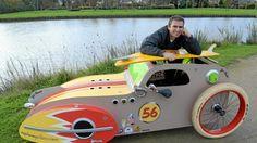Stéphane Guilloux et son vélomobile. Le prototype est en bois, le modèle final sera en fibre de verre et roulera à 35 km/h en moyenne.