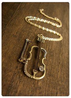 Este maravilloso collar con violín ($37). | 32 Piezas de joyería que todo amante de la música necesita Music Jewelry, Cute Jewelry, Modern Jewelry, Jewelry Art, Jewelry Gifts, Jewelery, Jewelry Accessories, Jewelry Necklaces, Jewelry Design