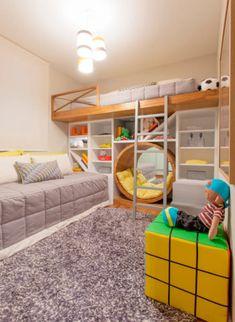 """O destaque deste quarto projetado para irmãos de 6 e 8 anos é o nicho circular. """"Como a mãe estimula muito a leitura, criamos um cantinho diferente para eles deitarem e lerem um gibi ou um livro"""", explicam os arquitetos Débora Dalanezi e Marcello Sesso. O tapete de nylon permite que a crianças brinquem no chão."""