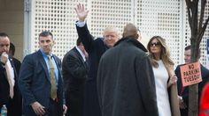 Trump y su esposa saludan a la salida del centro de votación en Nueva York - AFP