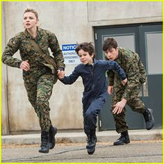 Cassie Runs Away With Sammy In New Pics & Clips From 'The 5th Wave ...