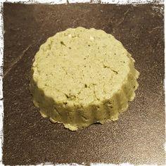 SHAMPOING SOLIDE POUR CHEVEUX SECS INGREDIENTS: 40 gr de sodium coco sulfate 5 gr de farine d'avoine dans 8 gr d'eau minérale (filtrer le tout) 5 gr de beurre de karité 7 gr d'hui…