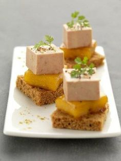 Gourmand Asia suggests you this recipe of foie gras bites with caramelized mango. Enjoy it as an aperitif or as a starter. Party Finger Foods, Snacks Für Party, Appetizer Recipes, Appetizers, Spice Bread, Mango, Fingerfood Party, Cooking Time, Cooking Recipes