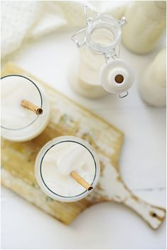 Horchata de Arroz is a popular & refreshing Mexican drink made with ground rice, milk and cinnamon. Learn how to make this delicious drink! Mexican Horchata, Mexican Drinks, Mexican Food Recipes, Refreshing Drinks, Yummy Drinks, Smoothie Drinks, Smoothies, Weird Food, Crazy Food