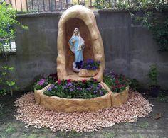 Grotta per Madonna, in finta roccia, con vasi. Realizzata su misura. Località: Serino (Avellino)