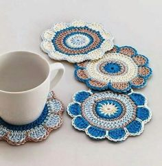 I'm trying new crochet motifs and quickly enter here to show you a little bit of it: crochet lace hearts in colors . Mandala Au Crochet, Crochet Motifs, Crochet Potholders, Crochet Doilies, Crochet Flowers, Crochet Stitches, Crochet Patterns, Mandala Yarn, Crochet Home